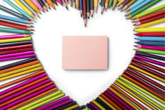 Kolorów ołówki i pusta kleista notatka Obrazy Royalty Free