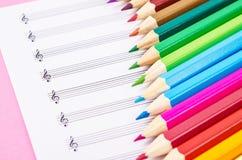 Kolorów ołówki i puste muzykalne notatki Zdjęcie Stock