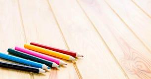 Kolorów ołówki na brown drewnianym stole Fotografia Stock
