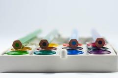 Kolorów ołówki na kolorowym akwareli niecki secie Zdjęcie Royalty Free