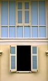 Kolorów okno na kolor ścianie. Zdjęcia Royalty Free