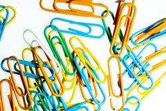 Kolorów Paperclips biały tło odizolowywający zdjęcia royalty free