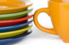 Kolor filiżanka i talerze Fotografia Stock