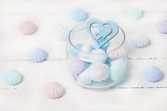 Kolorów zephyrs i drewniana postać na białym drewnianym stole serce w szklanym słoju Pojęcie St walentynki ` s dzień zdjęcie royalty free