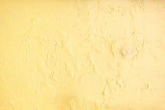 Kolor żółty żlobi malującą betonową ścianę, grunge tekstury szorstki backgrou obrazy stock