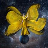 Kolor żółty astronautyczna królowa Piękna kobieta w a fotografia royalty free
