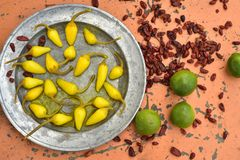 Kolor żółty bejcował chili pieprze, cool wapno, korzenni wysuszeni czerwonego chili pieprze Obraz Stock