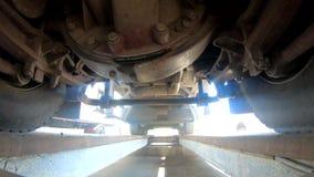 Kolor żółty ciężarówka jedzie nad kamerą, widok spod ciężarówki, 4k zdjęcie wideo