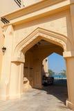 Kolor żółty domowa fasada z klasycznym języka arabskiego łukiem Zdjęcia Royalty Free