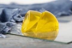 Kolor żółty Dwa kawałka Galaretowego Deserowego błękit kropli zakończenia szalika Świeżego dżemu Marmoladowego Soczystego cukierk Zdjęcia Stock