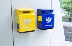 Kolor żółty i błękitni poczta pudełka na Obrazy Stock