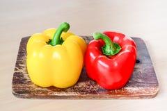 Kolor żółty i czerwoni dzwonkowi pieprze (Słodki pieprz lub capsicum) Obraz Royalty Free