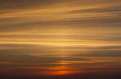 Kolor żółty i pomarańczowy dramatyczny zmierzchu niebo Zdjęcie Stock