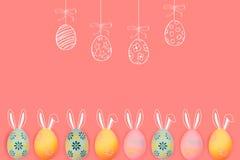Kolor żółty i zieleń barwiliśmy Easter jajka na błękitnym drewnianym tle Uwalnia przestrzeń dla teksta obraz stock
