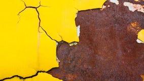 Kolor żółty krekingowa tekstura przy ośniedziałym metalu talerzem Obrazy Royalty Free