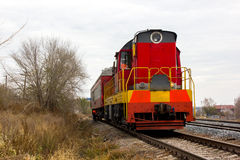 Kolor żółty lokomotywy pociąg na śladach Fotografia Stock