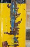 Kolor żółty malująca poczta z rdzewiejącymi uszkadzającymi terenami z błękitną farbą na uszkadzającym terenie zdjęcia stock