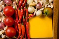 Kolor żółty notatka z chili, pomidorem, szalotką i czosnkiem, Fotografia Stock