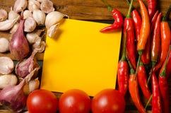 Kolor żółty notatka z chili, pomidorem, szalotką i czosnkiem na drewnianym tle, Zdjęcie Royalty Free