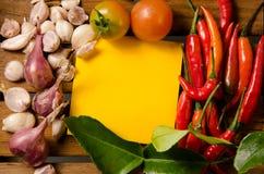 Kolor żółty notatka z chili, pomidorem, szalotką i czosnkiem na drewnianym tle, Zdjęcia Stock