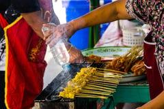 Kolor żółty piec na grillu kurczaka w kij dzwoniącej wieprzowinie satay w chacoal bu obrazy stock