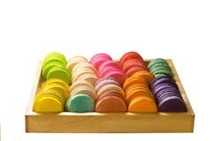 Kolor żółty pomarańcze różowej zieleni błękitnego brązu purpurowi macarons w drewniany op Zdjęcie Royalty Free