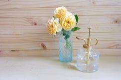 Kolor żółty róża i butelka wodna kiść Zdjęcia Royalty Free
