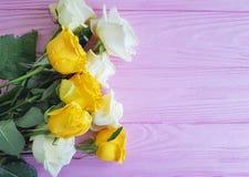 Kolor żółty róża na różowym drewnianym miejscu dla tekst świeżości eleganckiego świątecznego lata Zdjęcie Royalty Free