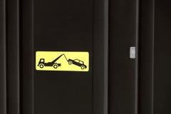 Kolor żółty strefy holowniczy oddalony znak na czarnym drzwi Obraz Royalty Free