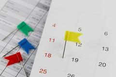 Kolor żółty szpilki żbiki na kalendarzu obok liczby eig Obrazy Royalty Free