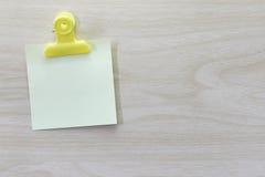 Kolor żółty umieszczający na drewnianej podłoga Nutowy papier Fotografia Royalty Free