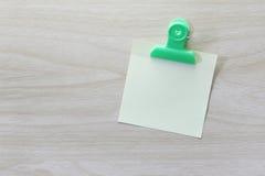 Kolor żółty umieszczający na drewnianej podłoga Nutowy papier Zdjęcia Stock