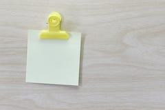 Kolor żółty umieszczający na drewnianej podłoga Nutowy papier Obraz Stock