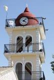 Kolor żółty urząd miasta z zegarem w Moraitika corfu Grecja Obrazy Royalty Free