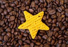 Kolor żółty zabawki gwiazdowe i kawowe fasole Zdjęcie Stock