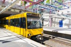 Kolor żółty Zamazujący ruchu metra czekanie Dojeżdżać do pracy transportu euro zdjęcie stock