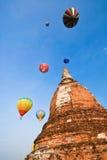 Kolor folujący balon nad dużą pagodą Zdjęcia Royalty Free