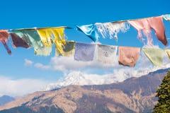 Kolor modlitwa zaznacza na górze w Nepal fotografia royalty free