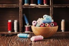 Kolor nici na rocznika stole Zdjęcie Royalty Free