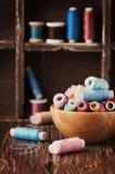 Kolor nici na rocznika stole Obrazy Stock