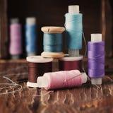 Kolor nici na rocznika stole Zdjęcia Stock