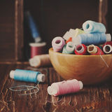 Kolor nici na rocznika stole Obraz Stock