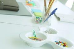 Kolor paperclip i pushpin Fotografia Stock