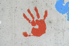 Kolor ręki druki nad betonową ścianą Fotografia Royalty Free