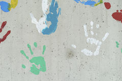 Kolor ręki druki nad betonową ścianą Zdjęcie Stock
