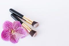 Kolor Szczotkuje, makijaży kosmetyki na stronie na lekkim tle zdjęcia stock