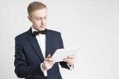kolor tła pojęcia, niebieski internetu Portret Młody Przystojny Kaukaski mężczyzna Używa ochraniacza Obraz Stock