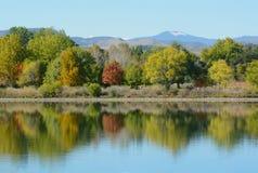 Kolorado jeziora krajobraz z jesieni drzewami z odbiciem obraz stock