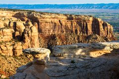 Kolorado Krajowy zabytek składa się zadziwiający naturalne formacje blisko miasteczk Uroczysty złącze i Fruita fotografia stock