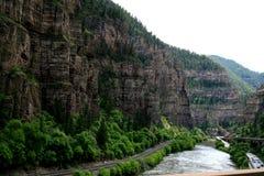Kolorado rzeka płynie w jarze wśród skał obrazy stock